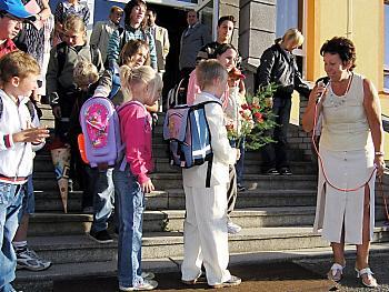 Ředitelka strážské základní školy Alena Vaňousová (zcela vpravo) vyzvala školáky, aby si nového vzhledu budovy vážili. Není divu, rekonstrukce objektu si vyžádala třináct a půl milionu korun.